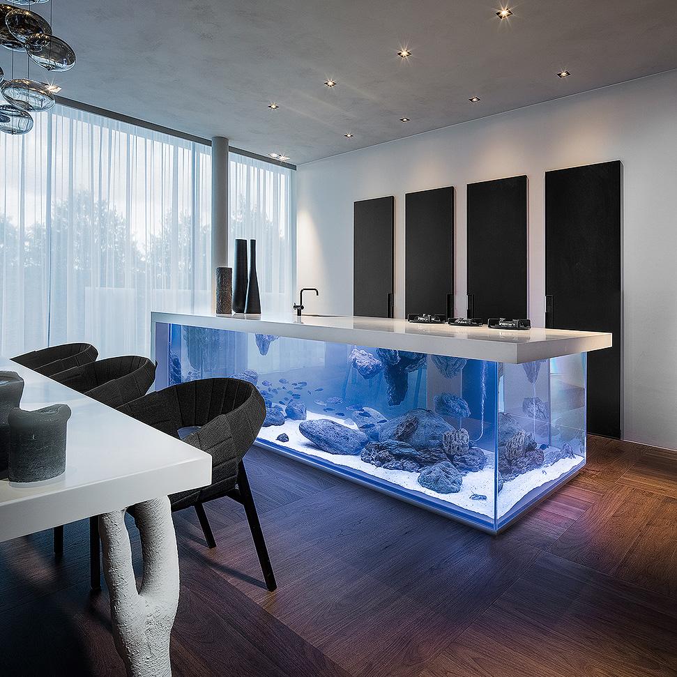 Аквариум на кухне или кухня в аквариуме: потрясающий пример необычного декора