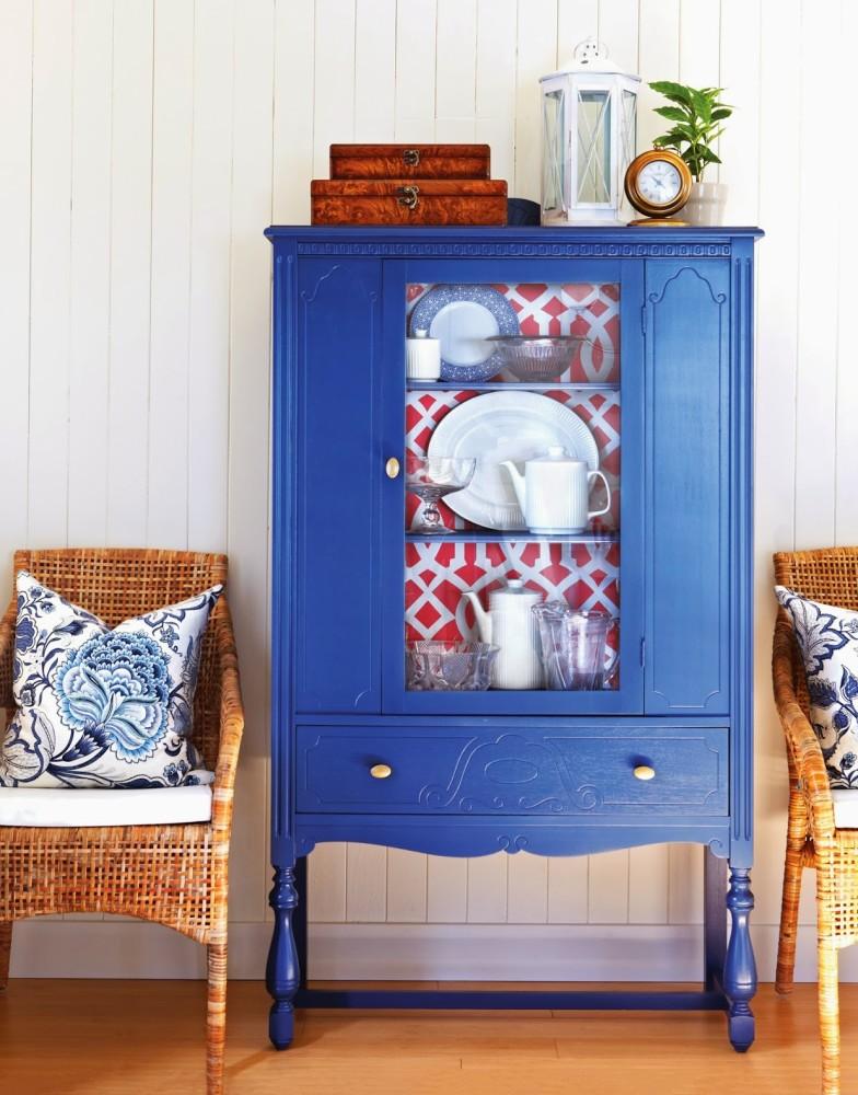 Как использовать оставшиеся обои: 13 идей по декору мебели