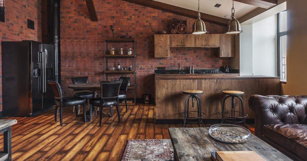 Как живут банковские служащие: лофт с кожаным диваном и барной стойкой