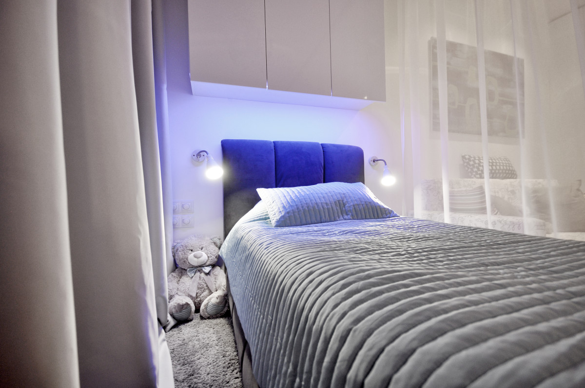 Спальня в  цветах:   Бежевый, Голубой, Светло-серый, Серый.  Спальня в  стиле:   Минимализм.