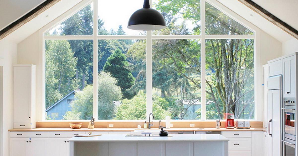 Кухня с окном: как лучше обустроить