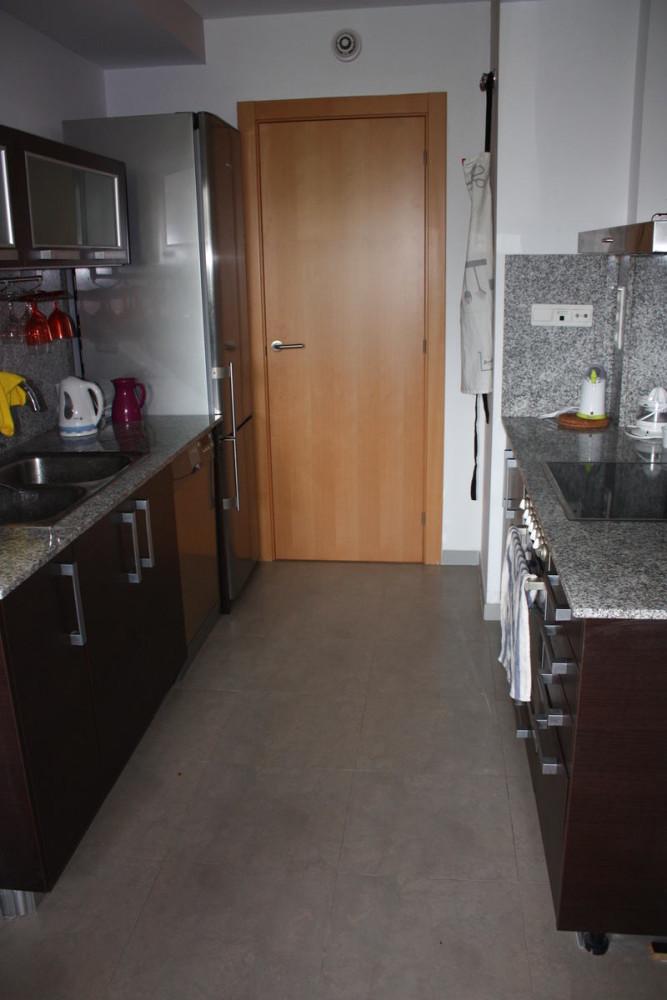 Кухня в цветах: серый, светло-серый, коричневый, бежевый. Кухня в стилях: минимализм.