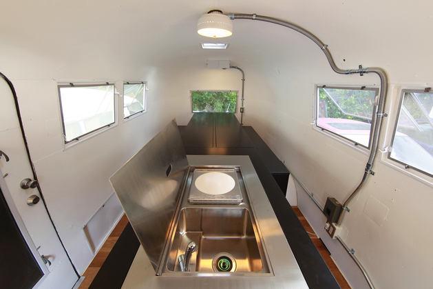 Кухня в цветах: черный, серый, белый, коричневый. Кухня в стиле хай-тек.