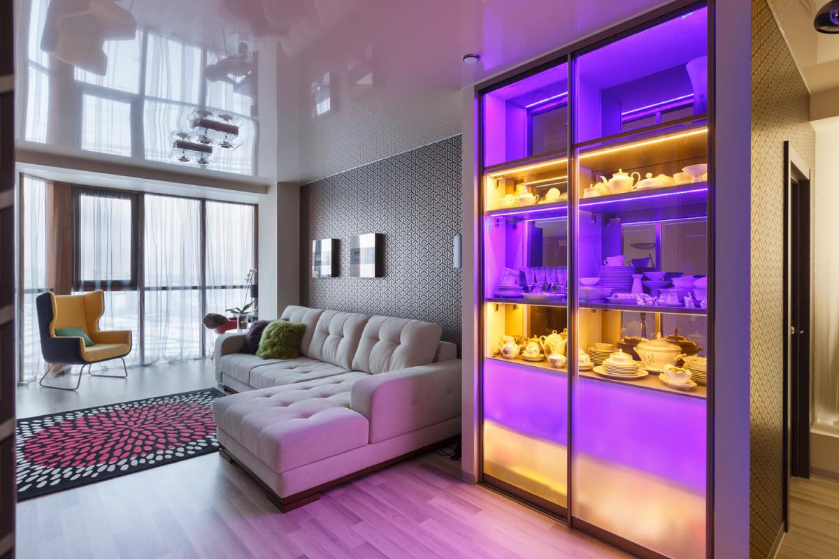 Гостиная, холл в цветах: серый, светло-серый, белый, лимонный, сиреневый. Гостиная, холл в стилях: хай-тек, скандинавский стиль.