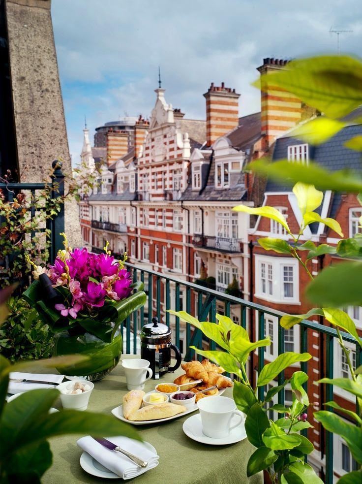 Балкон, веранда, патио в цветах: серый, светло-серый, темно-зеленый, коричневый, бежевый. Балкон, веранда, патио в .