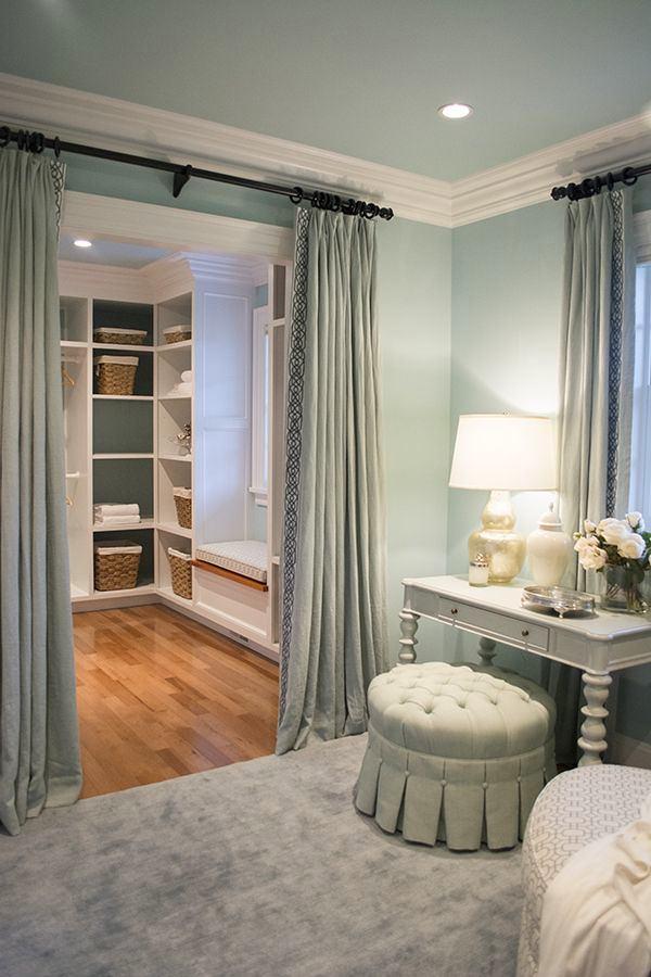 Спальня в цветах: серый, светло-серый, белый, коричневый. Спальня в стиле неоклассика.