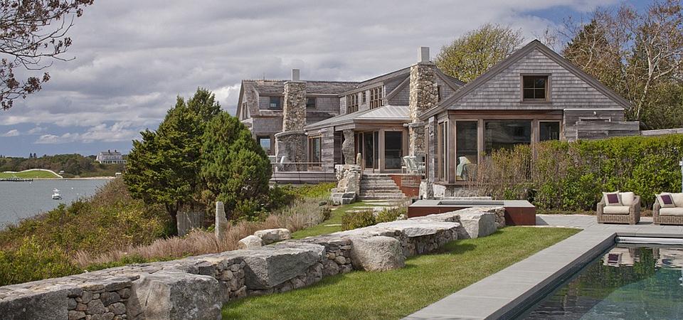 Дерево и камень — идеальное сочетание для загородного дома