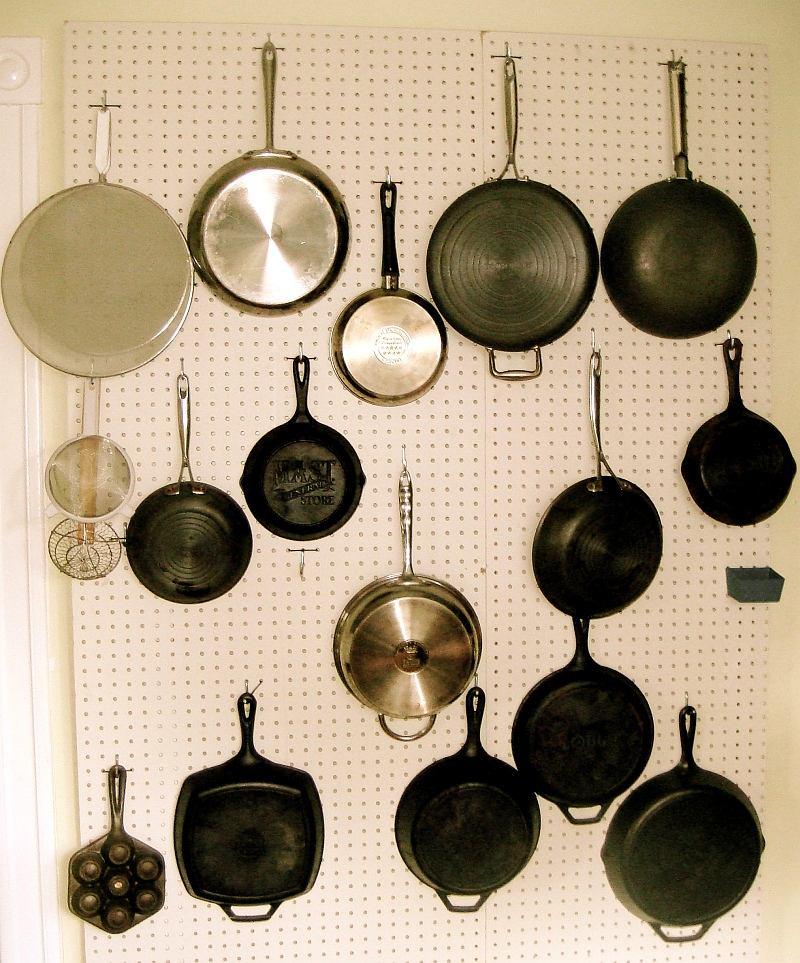 Кухня в цветах: желтый, черный, светло-серый, белый. Кухня в .
