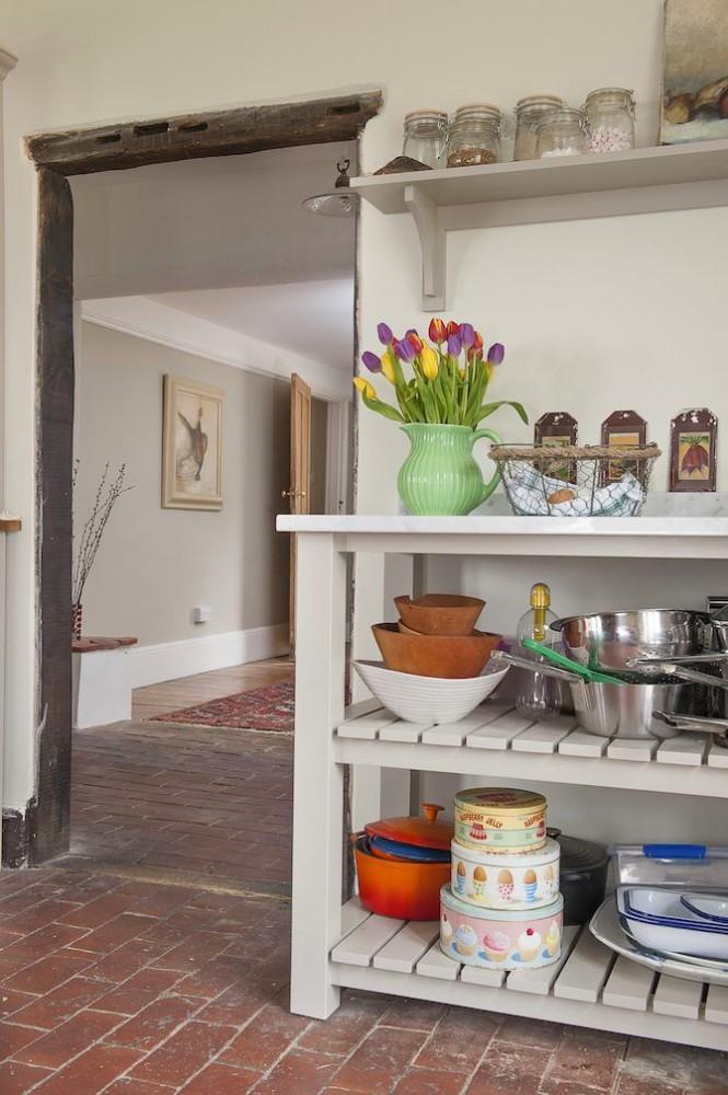 Кухня в цветах: серый, светло-серый, белый, коричневый. Кухня в стиле английские стили.