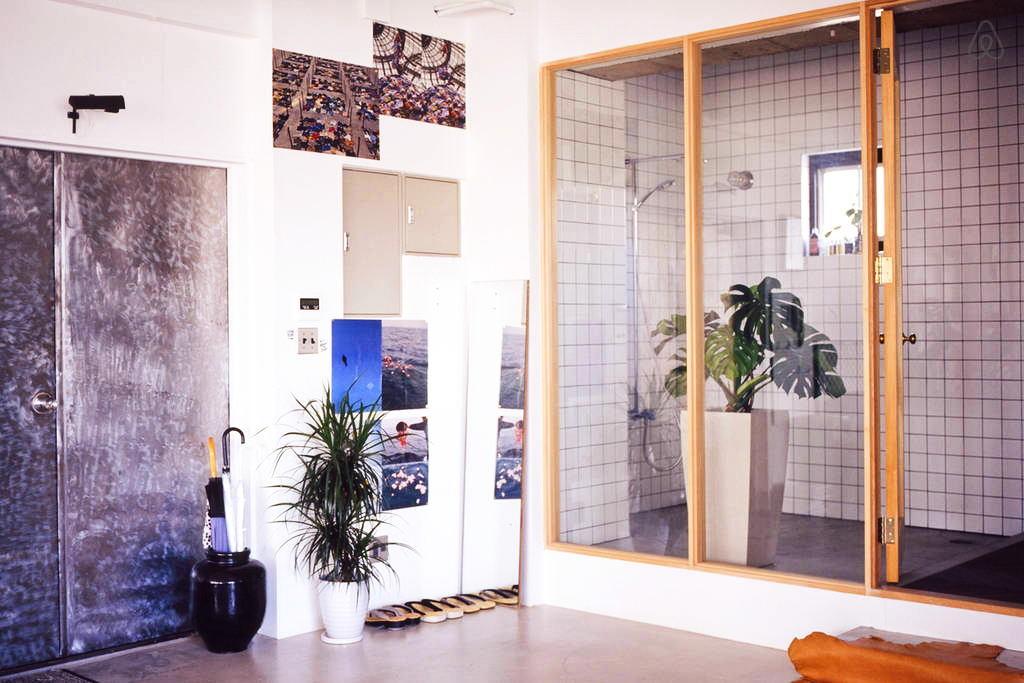 Ванная в цветах: желтый, фиолетовый, белый, коричневый, бежевый. Ванная в стилях: лофт.