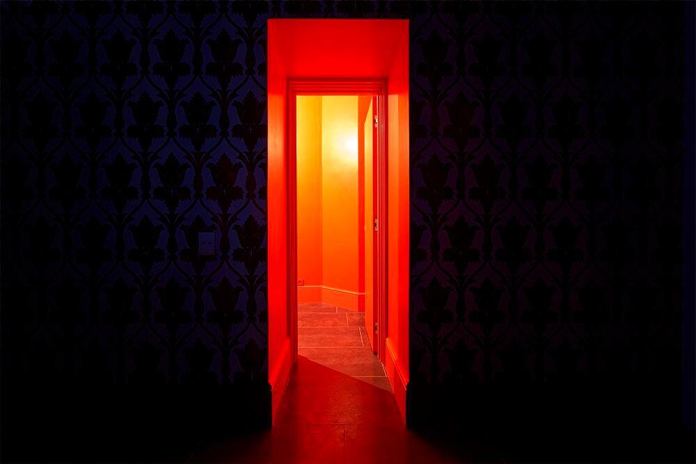Мебель и предметы интерьера в цветах: красный, оранжевый, бордовый, темно-коричневый. Мебель и предметы интерьера в стиле эклектика.