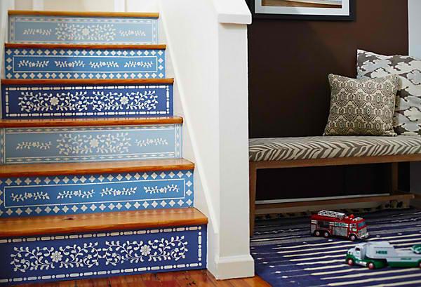 Лестница в цветах: голубой, бирюзовый, фиолетовый, черный, белый. Лестница в стиле этника.