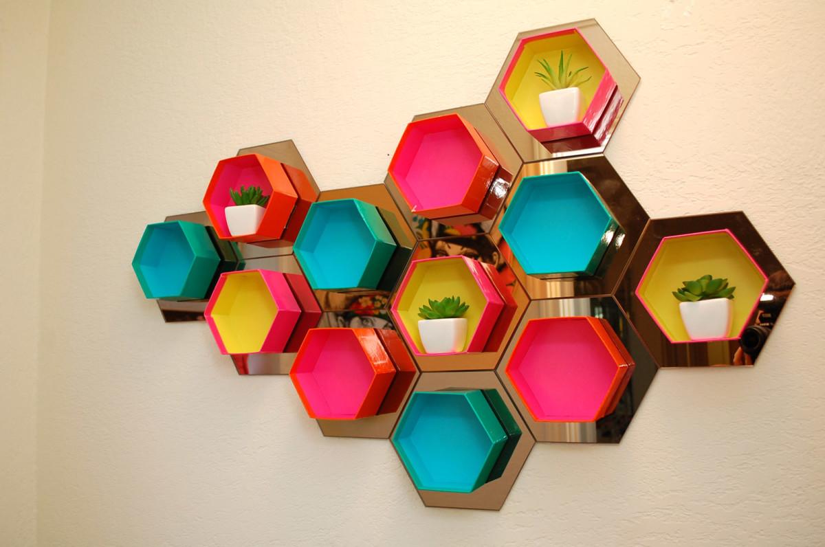 Декор в цветах: красный, желтый, бирюзовый, бежевый. Декор в стиле эклектика.