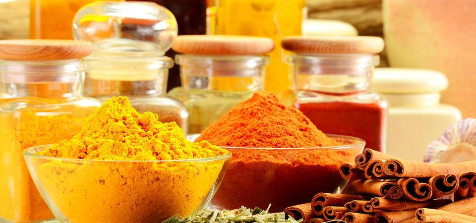 Нет места на кухне: 10 идей, где хранить специи и банки