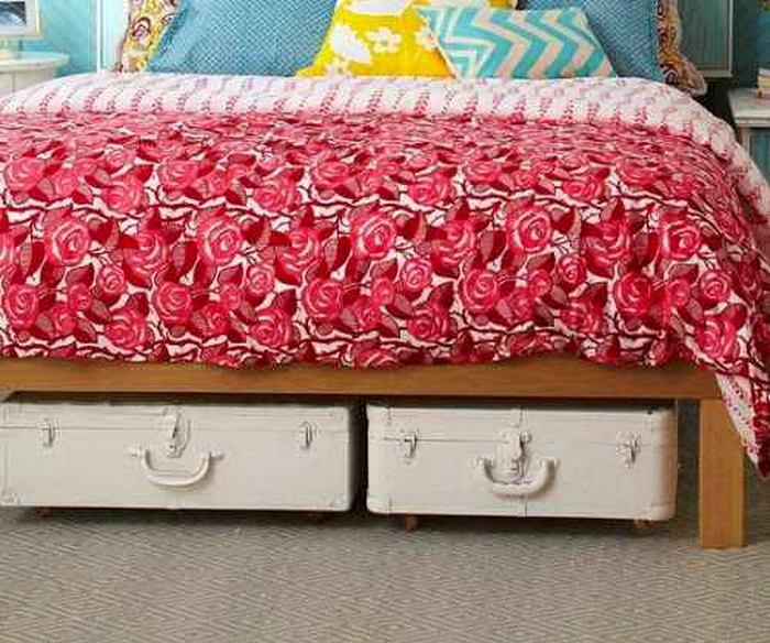 Спальня в цветах: красный, светло-серый, белый, бордовый, бежевый. Спальня в .