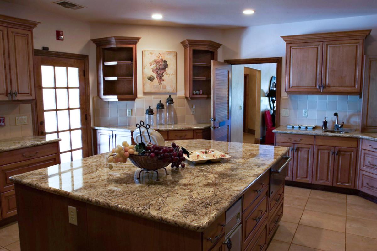 Кухня в цветах: темно-коричневый, коричневый, бежевый. Кухня в стилях: американский стиль.