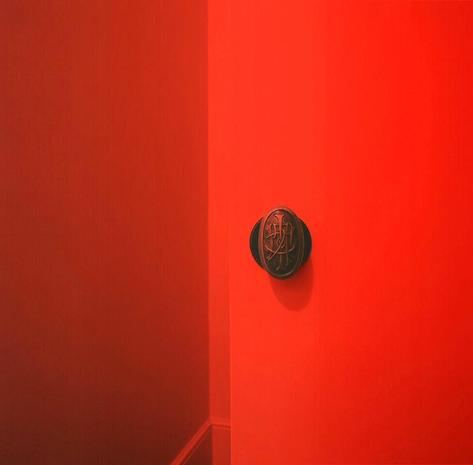 Мебель и предметы интерьера в цветах: красный, серый, бордовый, темно-коричневый. Мебель и предметы интерьера в стиле эклектика.