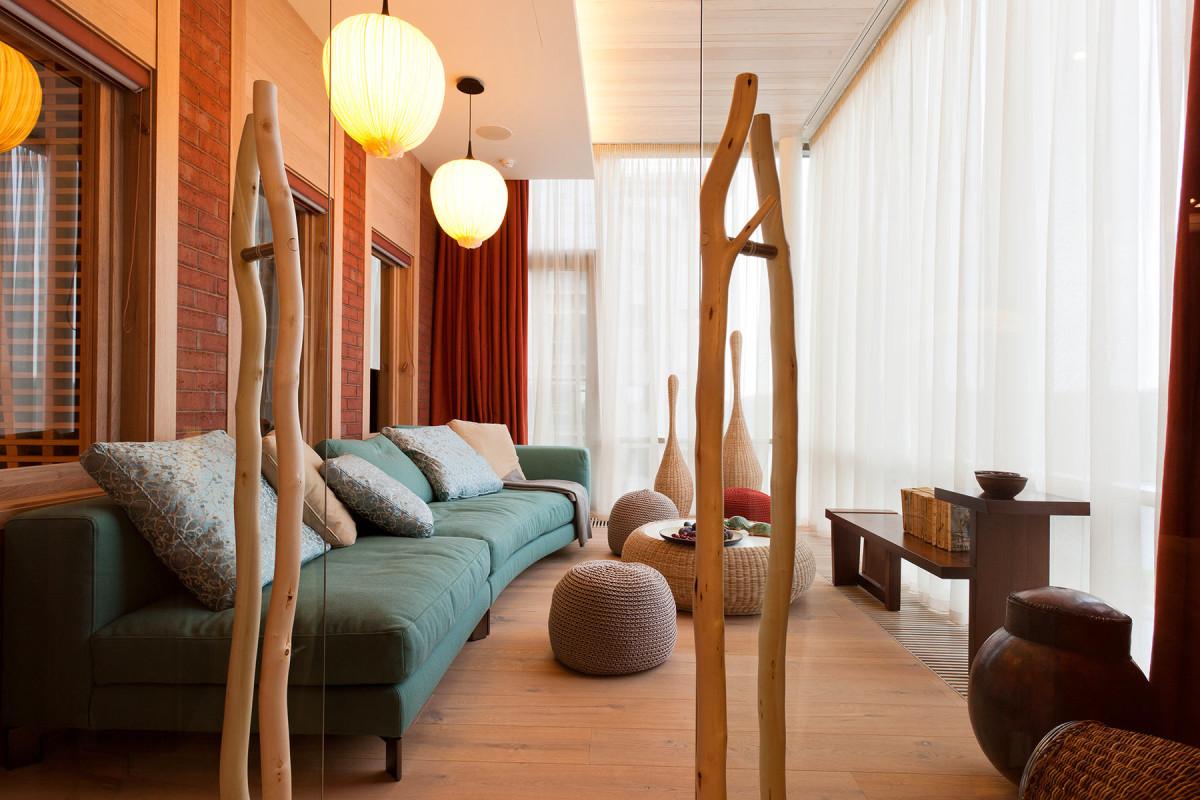 Гостиная, холл в цветах: белый, бордовый, коричневый. Гостиная, холл в .