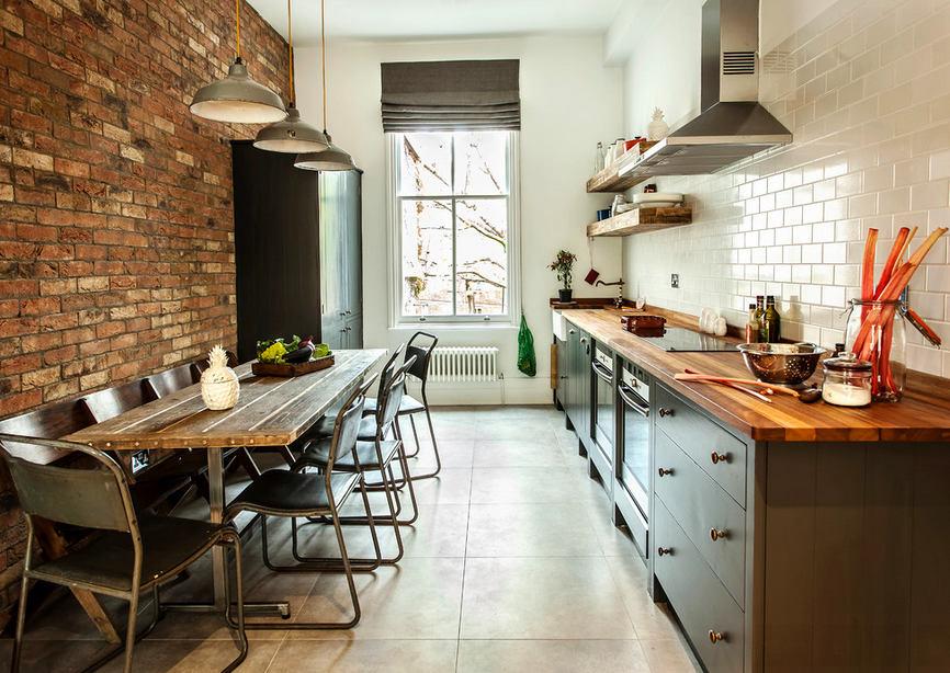 Кухня в цветах: серый, светло-серый, белый, коричневый. Кухня в стиле лофт.