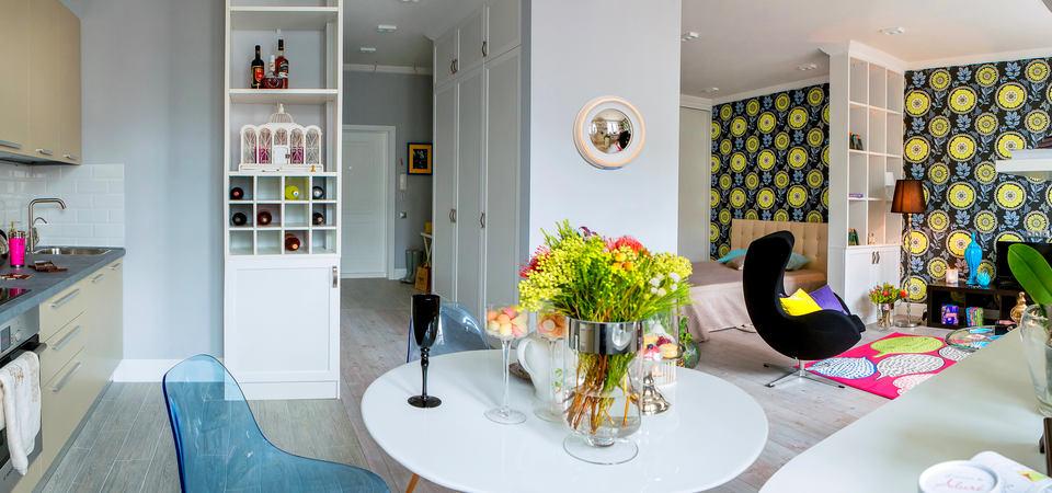 Квартира-студия с необычной планировкой и яркой стеной