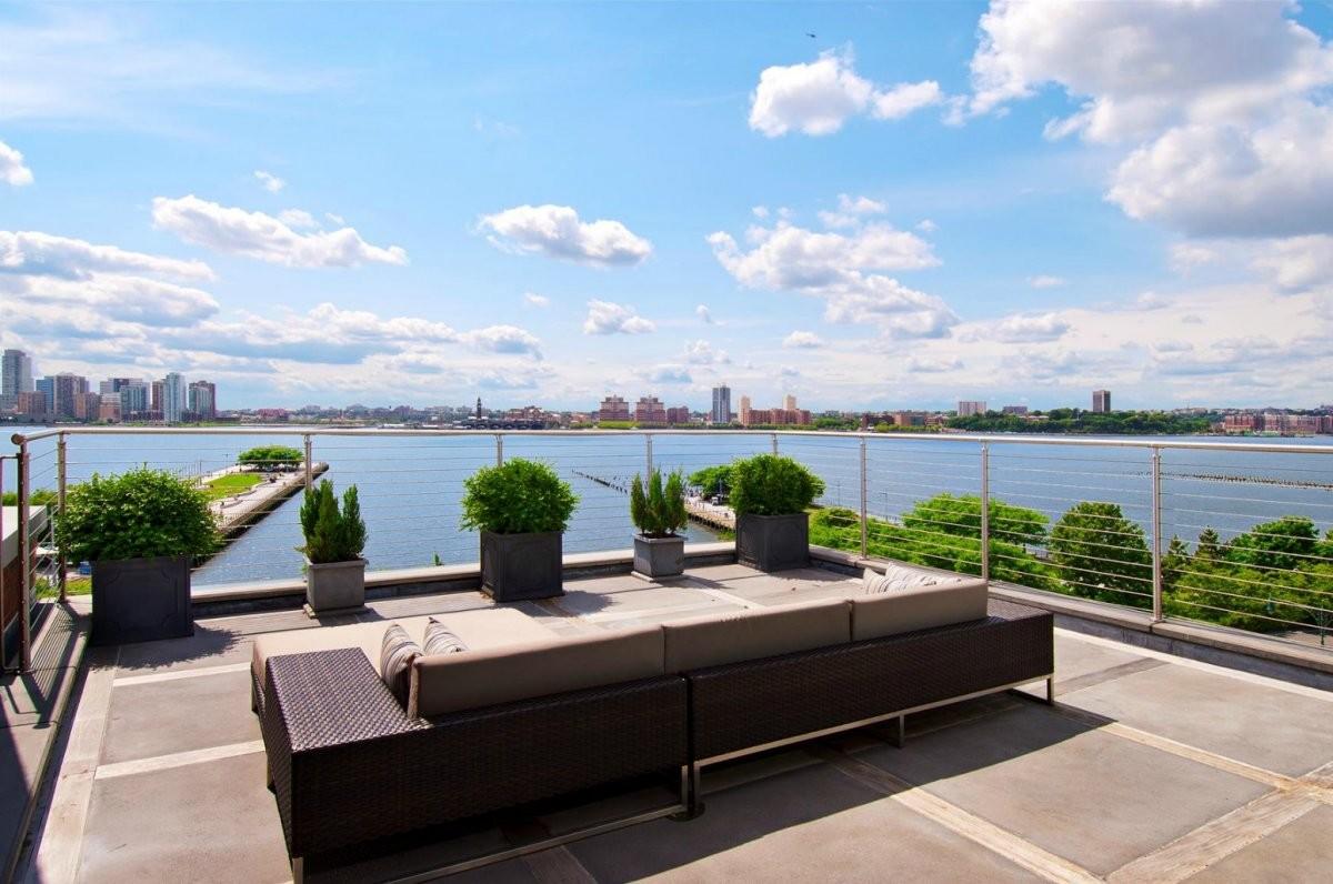 Балкон, веранда, патио в цветах: голубой, черный, серый, светло-серый, белый. Балкон, веранда, патио в стиле минимализм.
