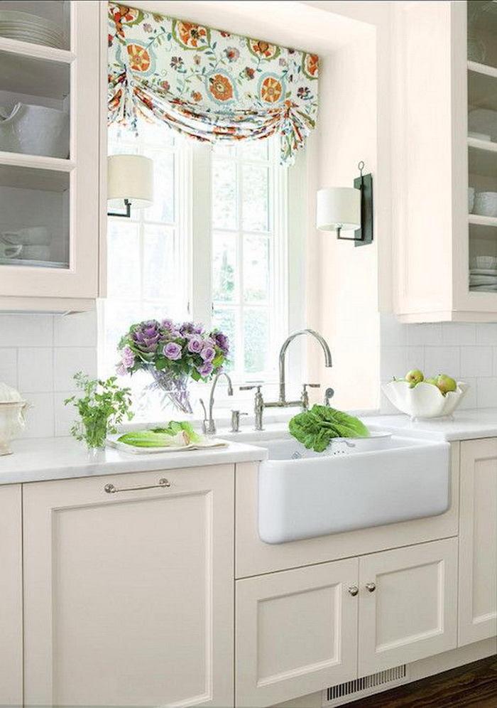 Кухня в цветах: желтый, светло-серый, белый, салатовый. Кухня в стиле классика.