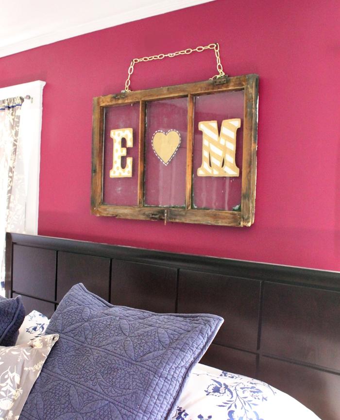 Спальня в цветах: светло-серый, белый, бордовый. Спальня в стиле эклектика.