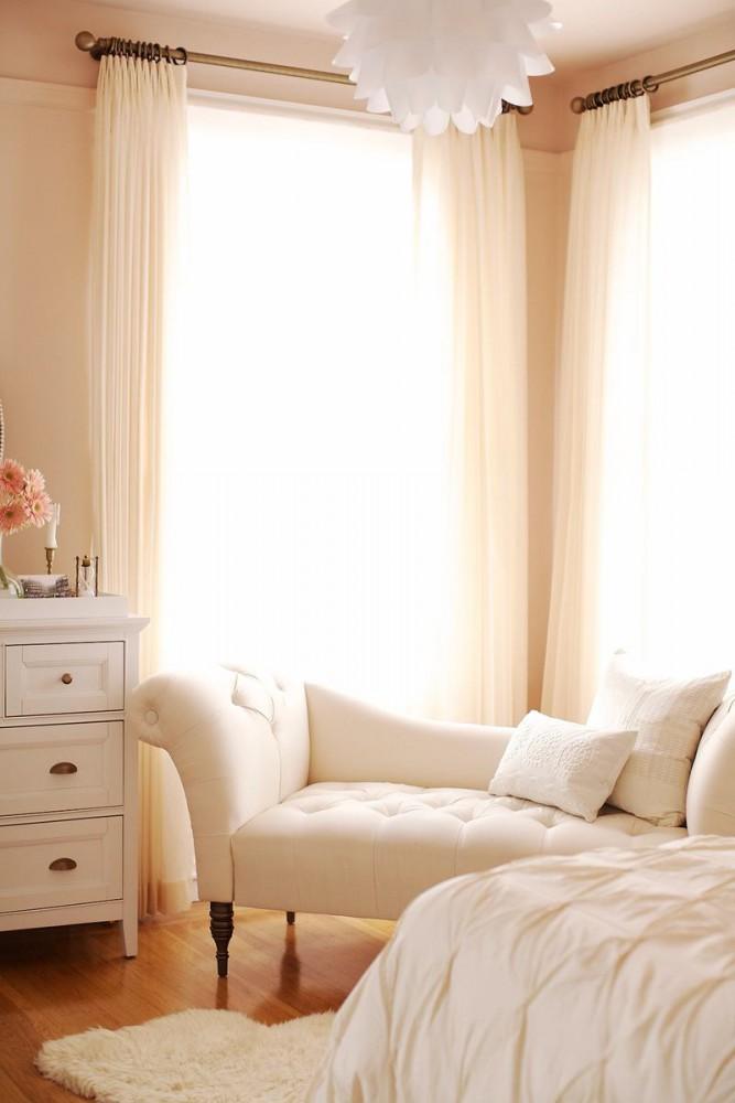 Спальня в цветах: желтый, светло-серый, белый, бежевый. Спальня в стилях: классика.
