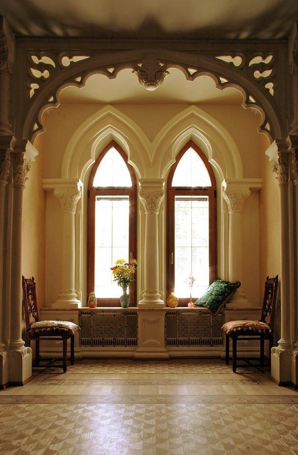 Гостиная, холл в цветах: серый, белый, темно-коричневый, коричневый, бежевый. Гостиная, холл в стиле неоготика.