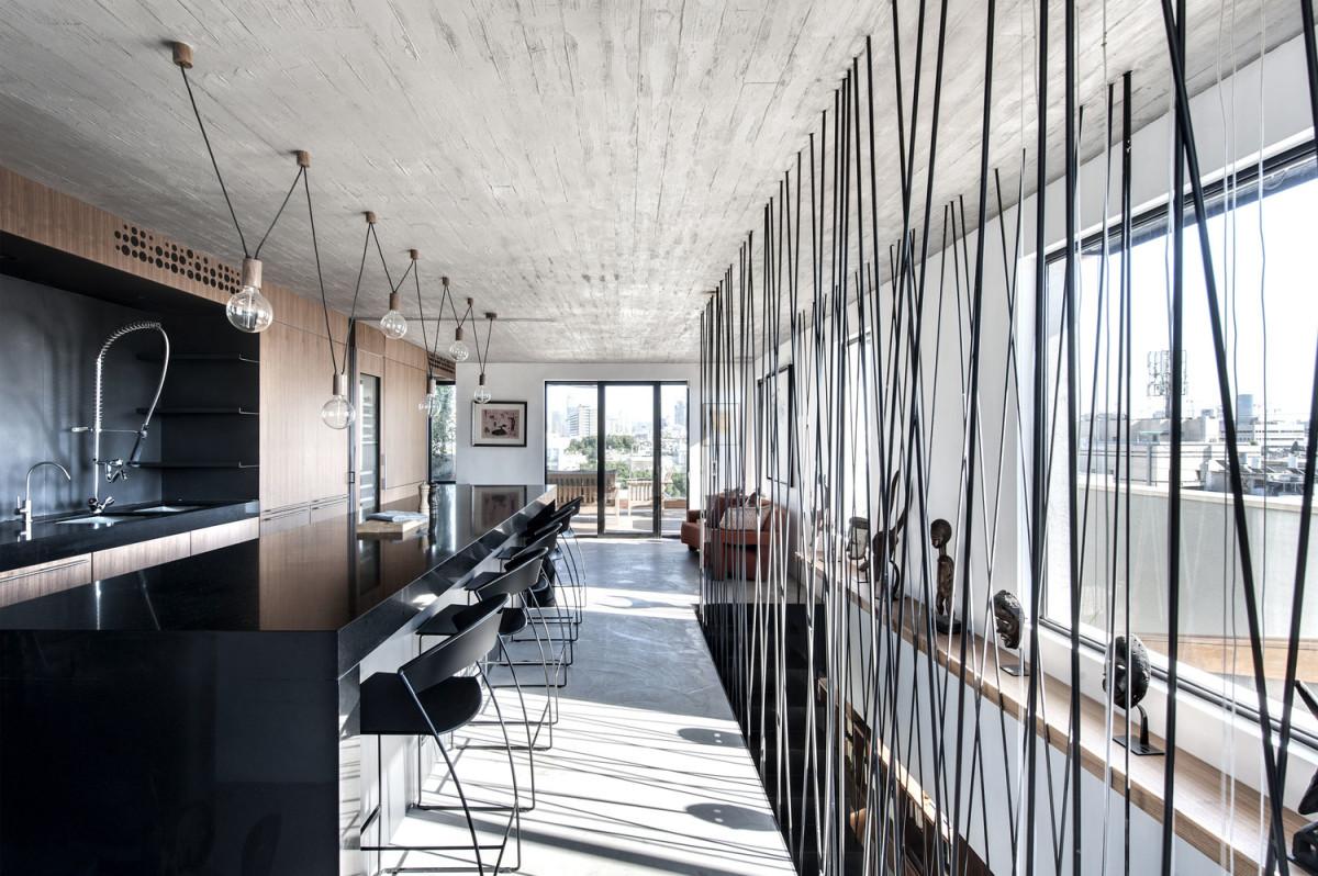 Как модно жить в Тель-Авиве: чёрно-белая квартира, похожая на ночной клуб
