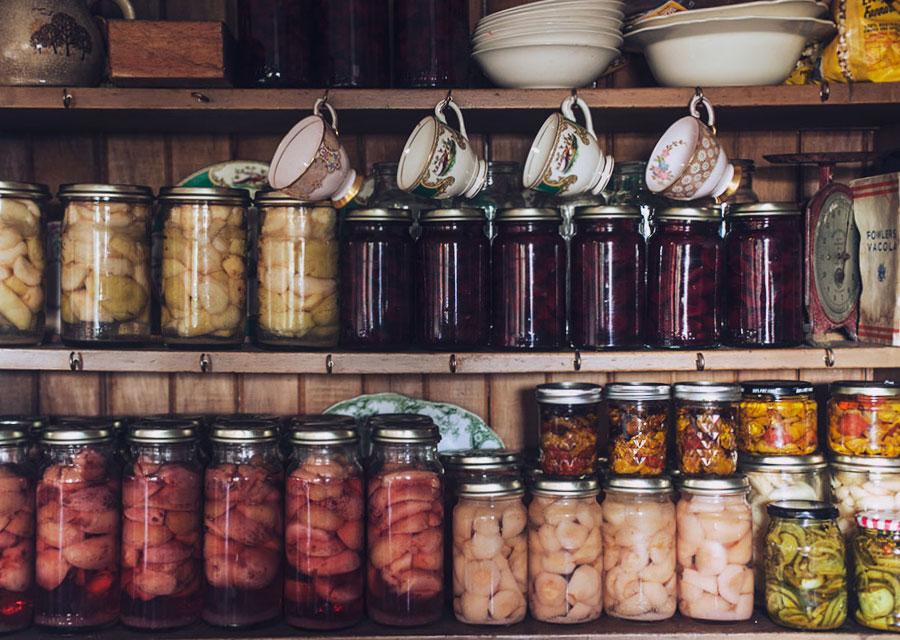 Как организовать пространство в кладовке: 15 примеров умного хранения