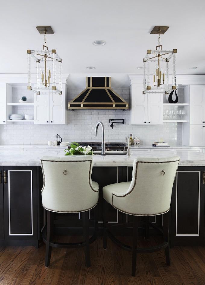 Кухня/столовая в  цветах:   Бежевый, Светло-серый, Темно-коричневый, Черный.  Кухня/столовая в  стиле:   Неоклассика.