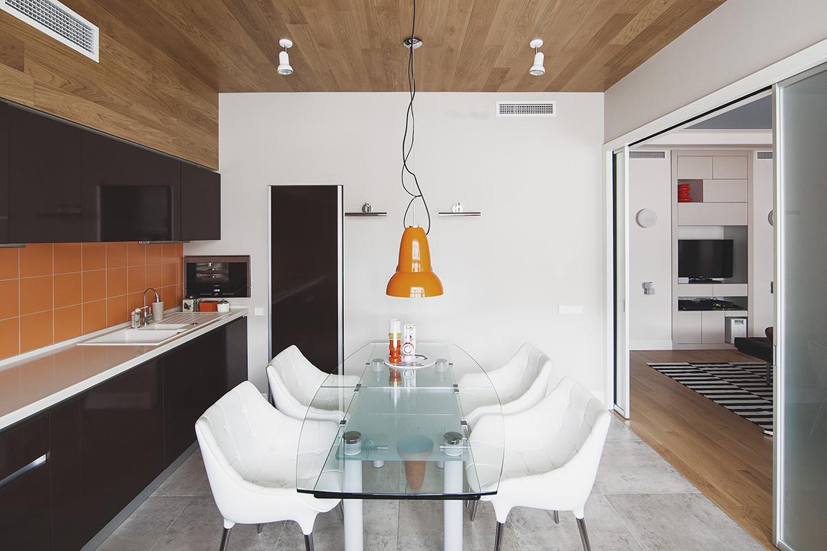 Кухня/столовая в  цветах:   Бежевый, Коричневый, Светло-серый, Серый, Черный.  Кухня/столовая в  стиле:   Эклектика.