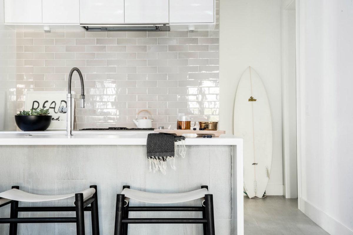 Кухня/столовая в  цветах:   Белый, Светло-серый, Черный.  Кухня/столовая в  стиле:   Минимализм.