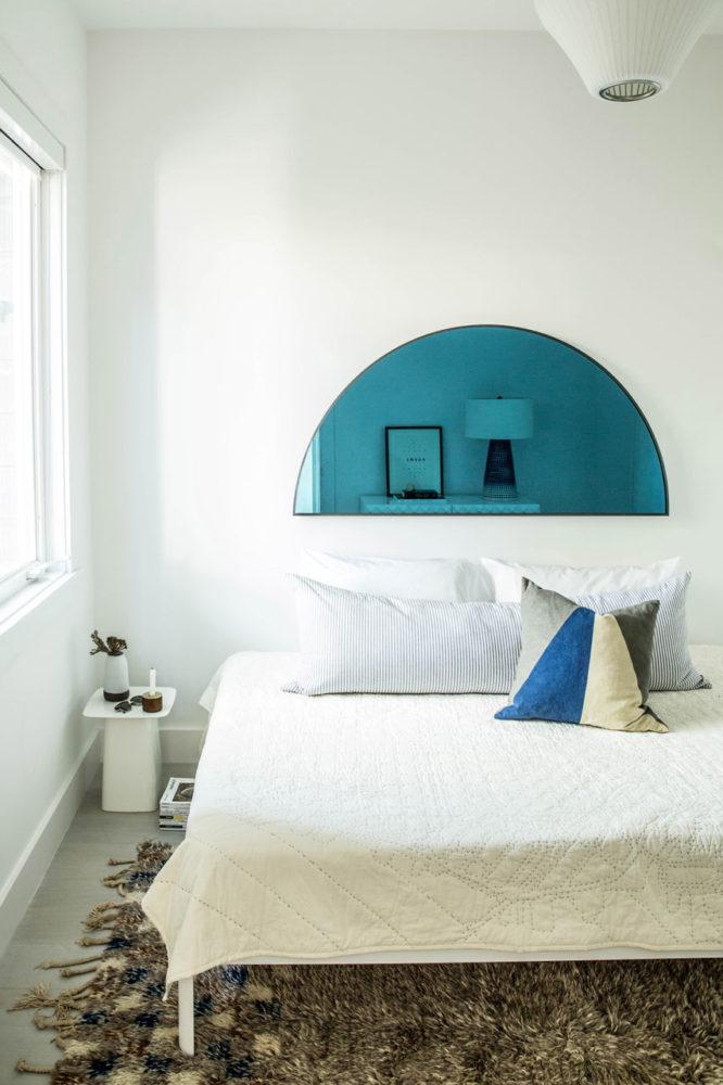 Спальня в  цветах:   Бежевый, Белый, Светло-серый, Темно-коричневый.  Спальня в  стиле:   Скандинавский.