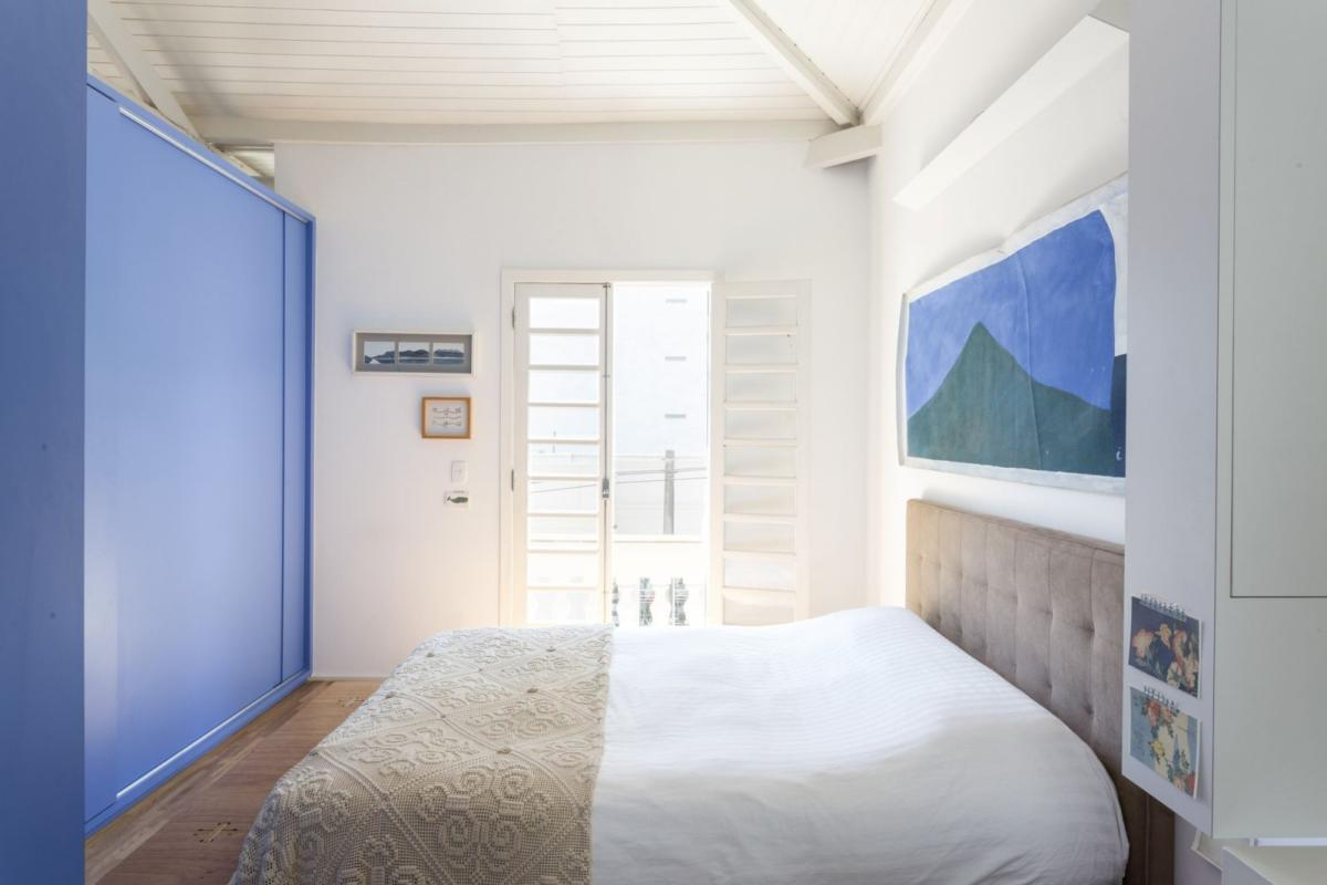 Спальня в  цветах:   Белый, Бирюзовый, Светло-серый, Серый.  Спальня в  стиле:   Минимализм.