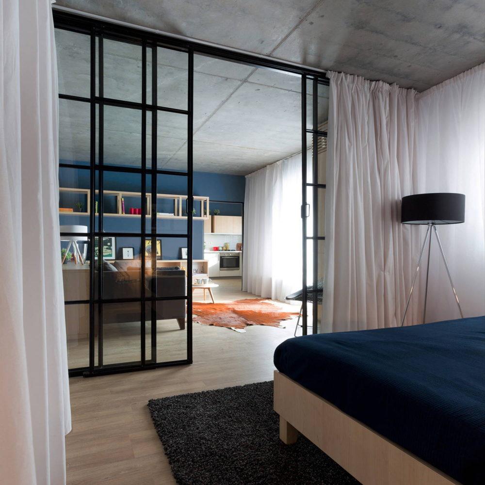 Спальня в  цветах:   Бежевый, Светло-серый, Серый, Черный.  Спальня в  .