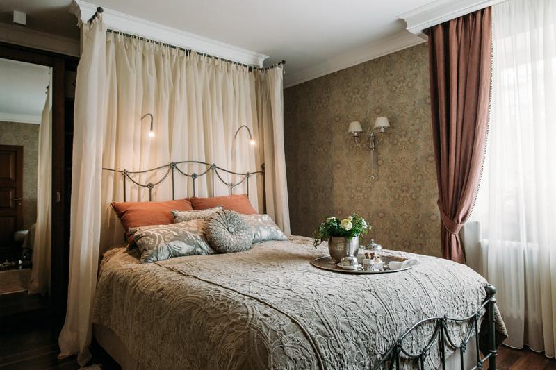 Спальня в  цветах:   Бежевый, Коричневый, Светло-серый, Темно-коричневый, Черный.  Спальня в  стиле:   Прованс.