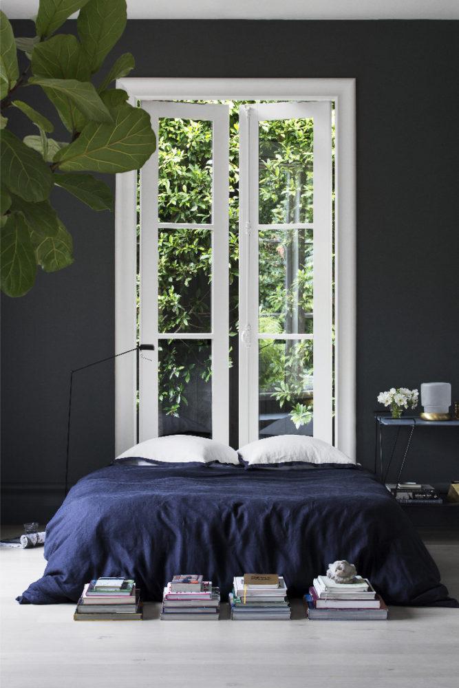 Спальня в  цветах:   Светло-серый, Серый, Темно-зеленый, Фиолетовый, Черный.  Спальня в  стиле:   Минимализм.