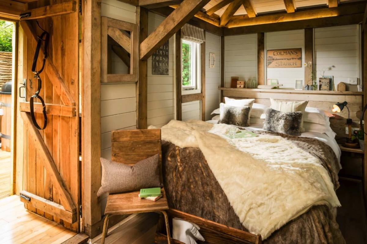 Спальня в  цветах:   Бежевый, Коричневый, Оранжевый, Светло-серый, Темно-коричневый.  Спальня в  стиле:   Кантри.