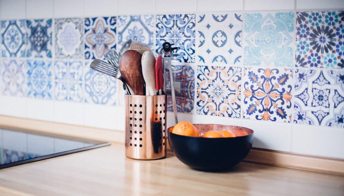Как оформить кухонный фартук: 20 ярких идей
