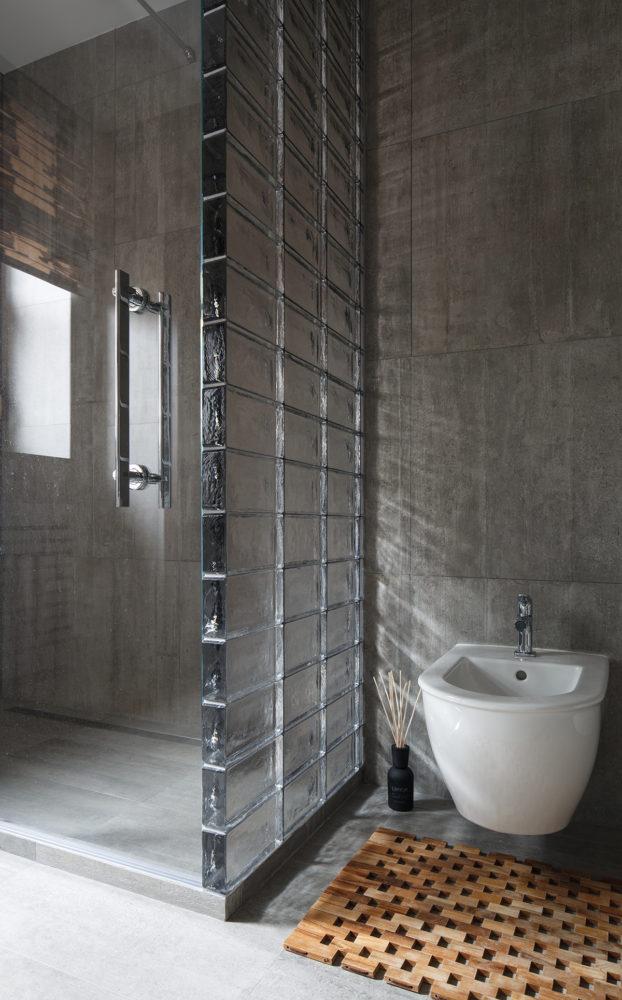 Ванная в  цветах:   Светло-серый, Серый, Темно-коричневый, Черный.  Ванная в  стиле:   Лофт.
