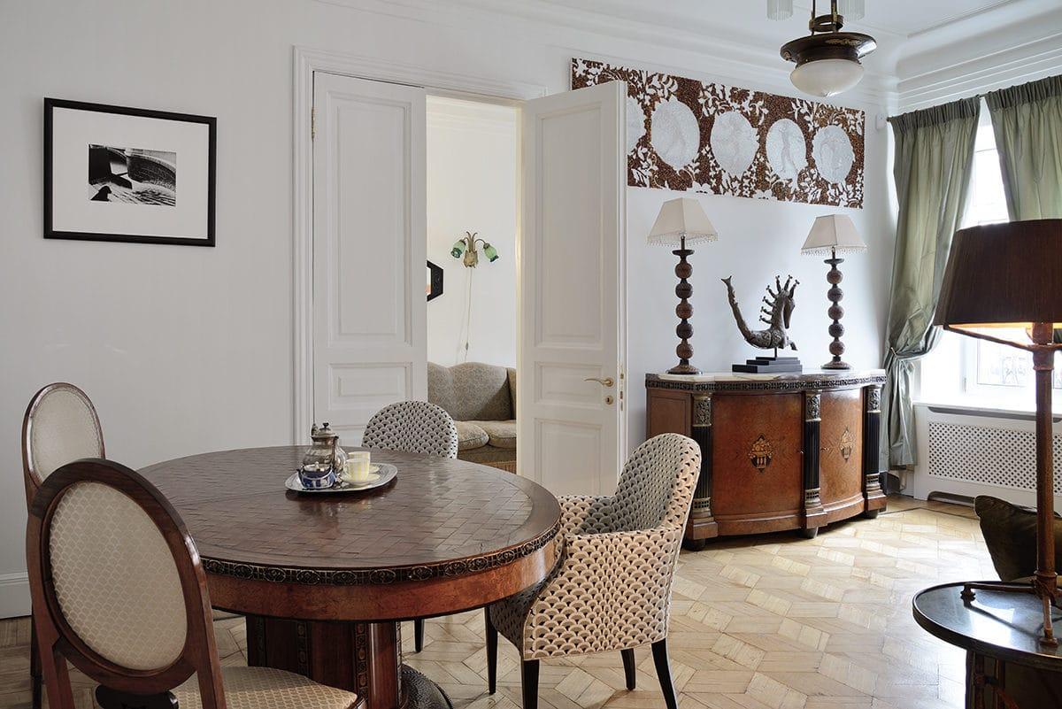 Кухня/столовая в  цветах:   Бежевый, Светло-серый, Серый, Темно-коричневый, Черный.  Кухня/столовая в  стиле:   Эклектика.