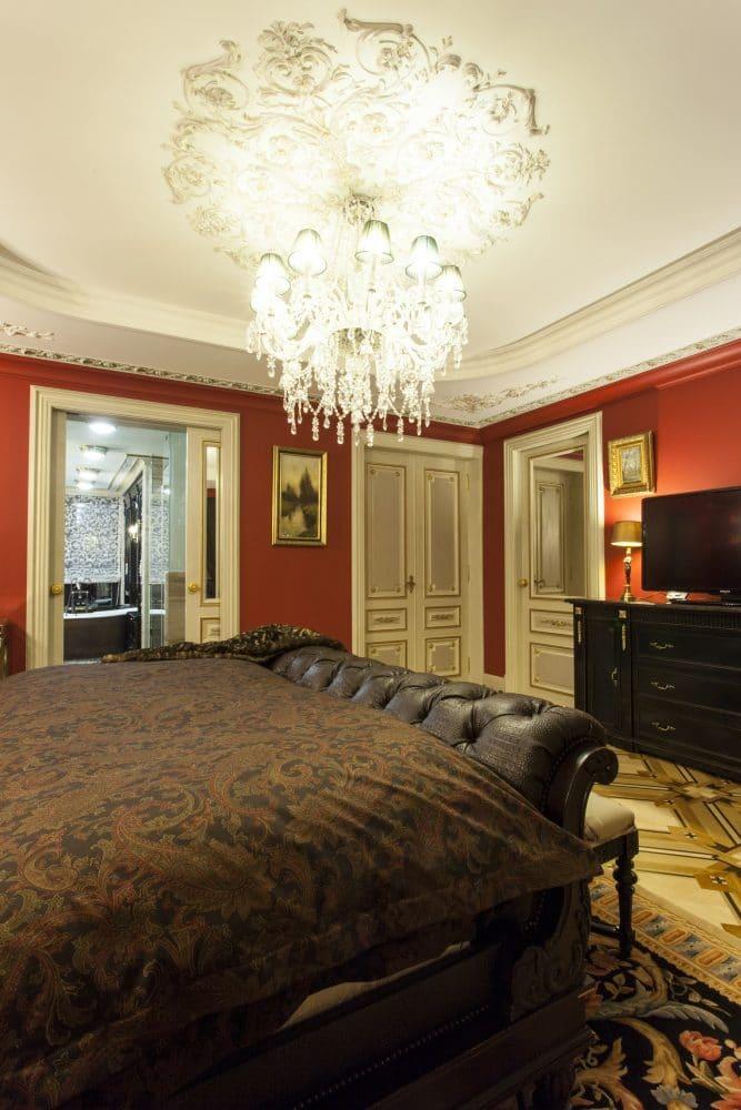 Спальня в  цветах:   Бежевый, Коричневый, Светло-серый, Темно-коричневый, Черный.  Спальня в  стиле:   Классика.