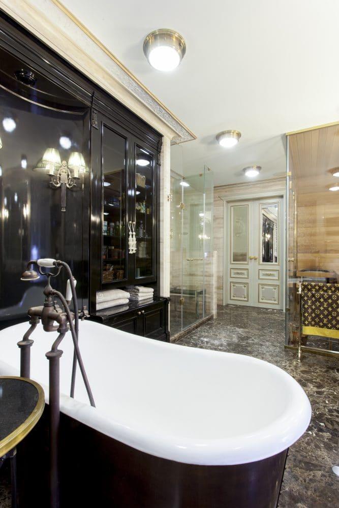Ванная в  цветах:   Бежевый, Белый, Светло-серый, Серый, Черный.  Ванная в  стиле:   Классика.