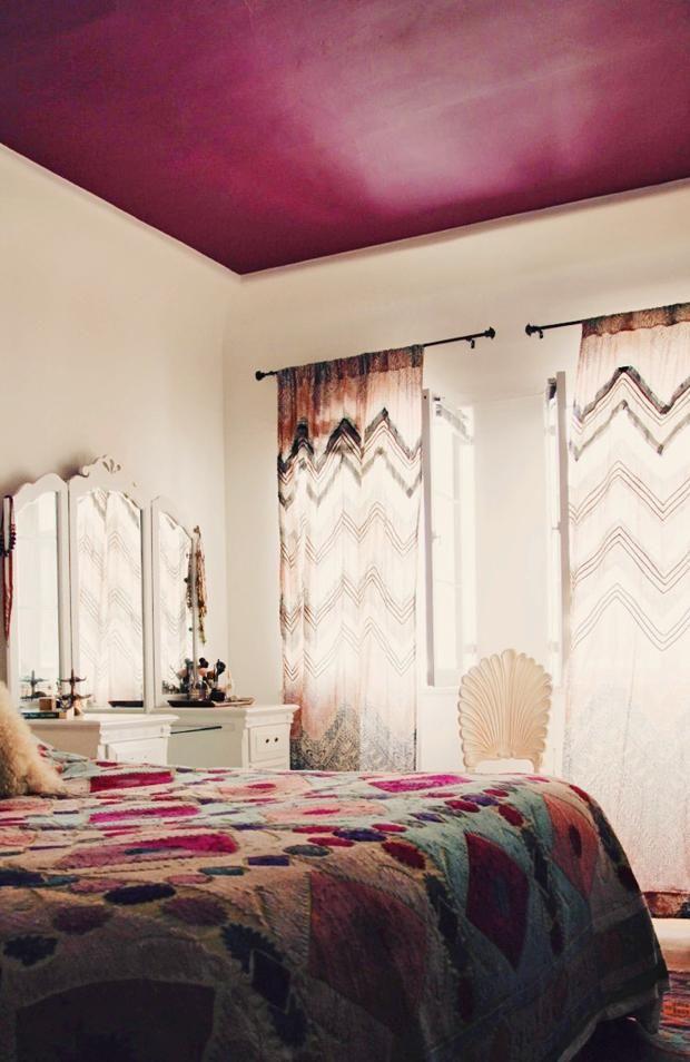 Спальня в  цветах:   Бежевый, Белый, Светло-серый, Сиреневый, Черный.  Спальня в  стиле:   Неоклассика.