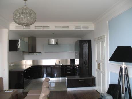 Кухня/столовая в  цветах:   Светло-серый, Серый, Темно-коричневый, Бежевый, Бордовый.  Кухня/столовая в  стиле:   Минимализм.
