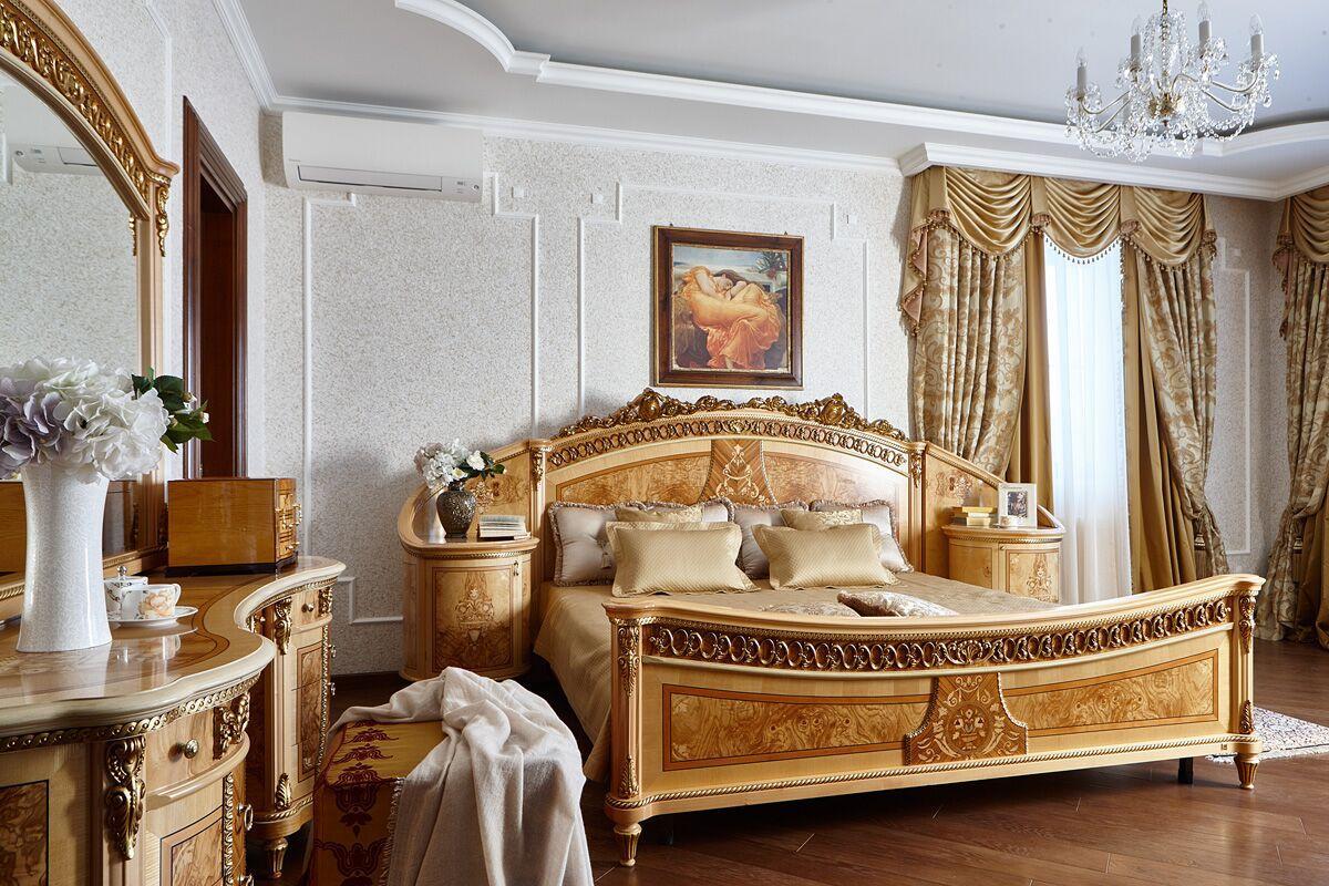 Спальня. Тёплые тона в отделке делают комнату уютной, а классическая светлая мебель подчёркивает элегантность интерьера.