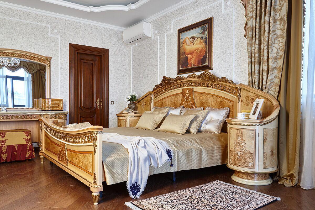 Справа от лестницы находится хозяйская спальня — самая уютная комната дома с отдельным выходом на собственный балкон.