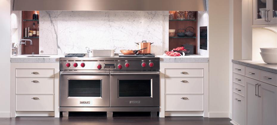 Кухня/столовая в  цветах:   Бордовый, Красный, Светло-серый, Фиолетовый.  Кухня/столовая в  стиле:   Минимализм.